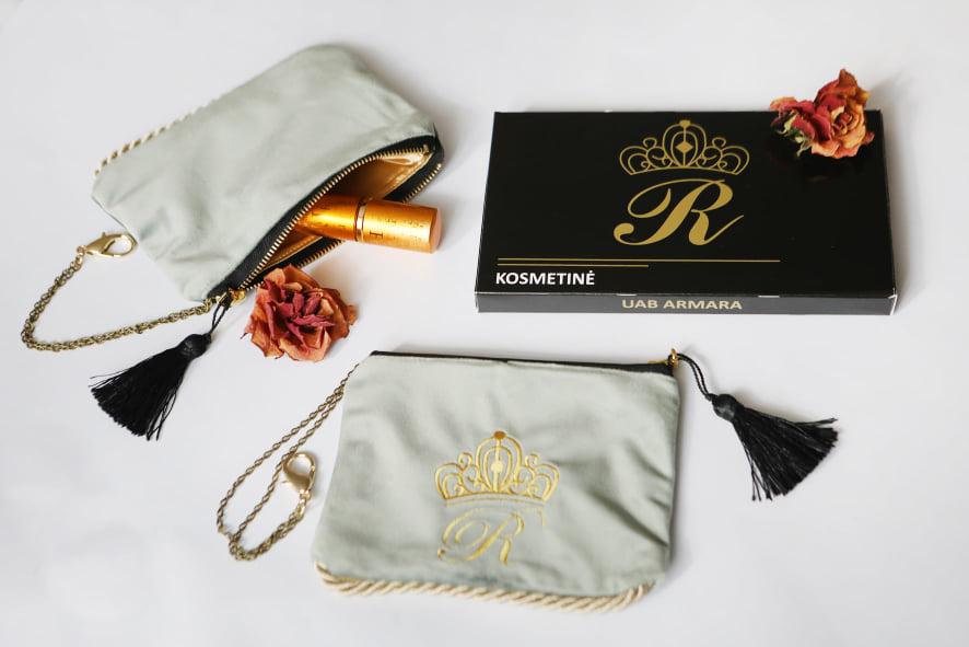 Karališka Kosmetinė  pastelinės žalsvos spalvos R auksine raidė